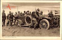 Mit vereinten Kräften, Soldaten schieben Auto durch den Sand