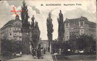 Berlin Schöneberg, Blick auf den Bayerischen Platz, Tor, Cafe, Passanten