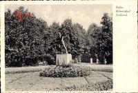 Berlin Wilmersdorf, Blick in den Stadtpark, Statue, Blumenbeete, Bäume