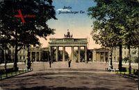 Berlin Mitte, Blick auf das Brandenburger Tor, Passanten, Quadriga, Säulen