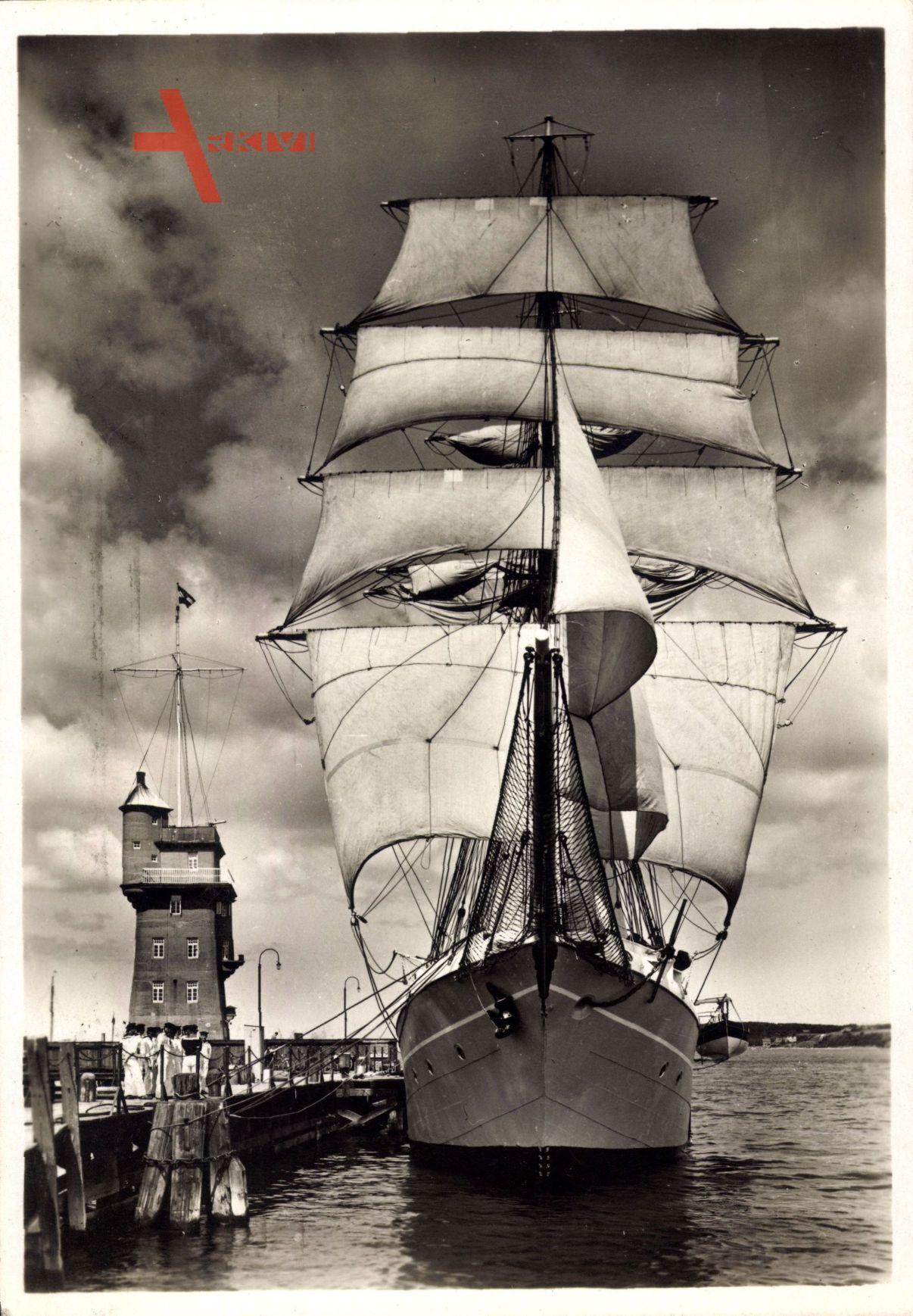 Kiel, Schulschiff Niobe macht seeklar, Segelschiff im Hafen, Seeleute