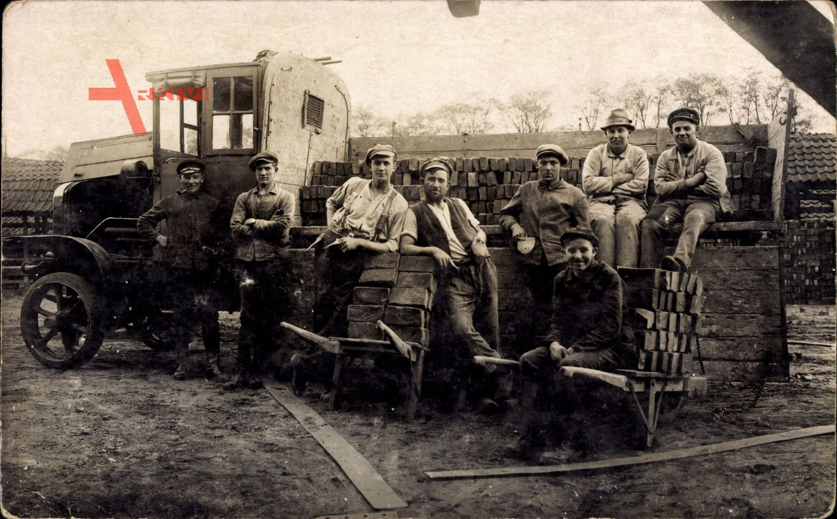 Maurer bei der Arbeit, Gruppenfoto, LKW beladen mit Ziegeln