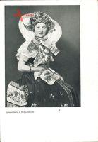 Spreewälderin in Hochzeitstracht, sitzende Frau