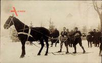 Skifahrer werden von einem Pferd gezogen, Hengst, Wintersport