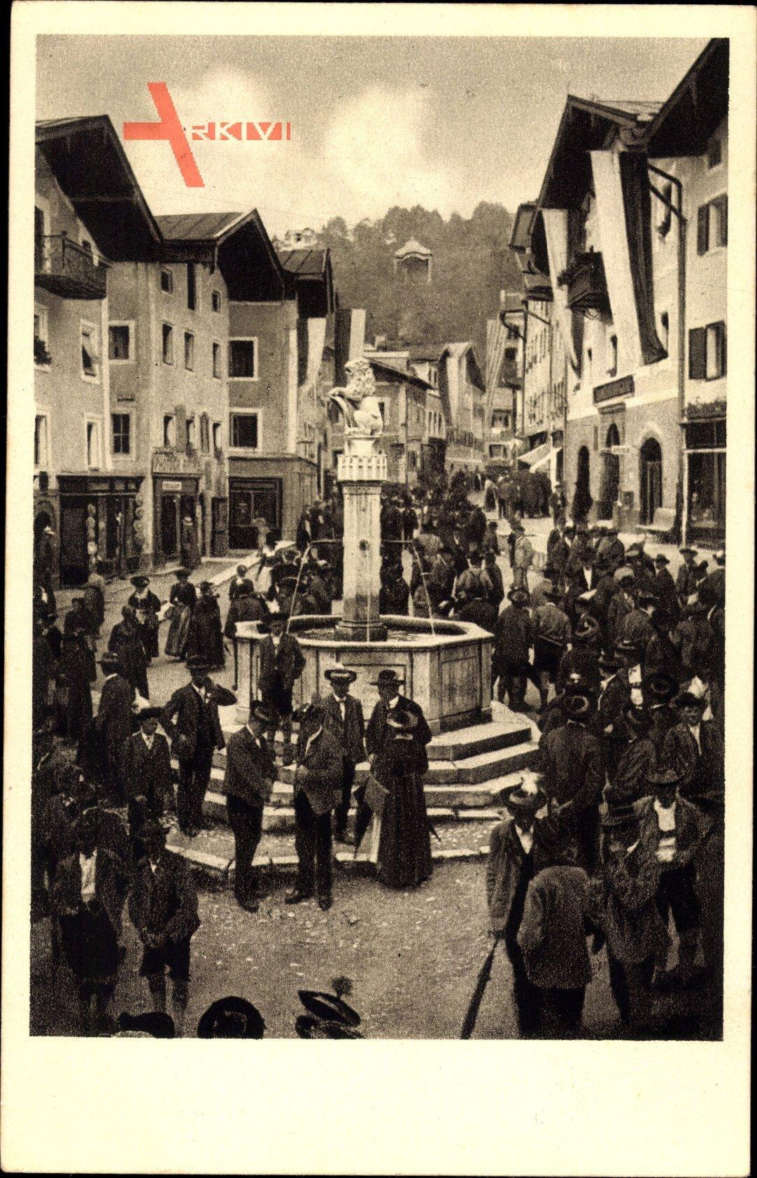 Berchtesgaden in Oberbayern, Blick auf den Marktplatz, Brunnen