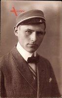 Studentika  Portrait eines Studenten, Mütze, Anzug, Fliege