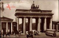 Berlin Mitte, Straßenpartie mit Blick auf das Brandenburger Tor, Autos
