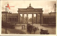 Berlin Mitte, Straßenpartie mit Blick auf das Brandenburger Tor, Kutsche