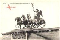 Berlin Mitte, Blick auf den Siegeswagen auf dem Brandenburger Tor, Quadriga