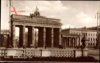 Berlin Mitte, Straßenpartie mit Blick auf das Brandenburger Tor, Passanten