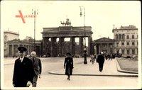 Blick auf das Brandenburger Tor, Passanten, Straßenpartie