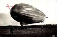 LZ 127, Graf Zeppelin, Starrluftschiff über einem Landefeld