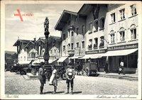 Bad Tölz im Isartal Oberbayern, Marktstraße mit Marienbrunnen, Kinder, Autos