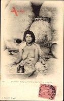 Maghreb, Intérieur kabyle, femme préparant le couscous, Barbusige Frau