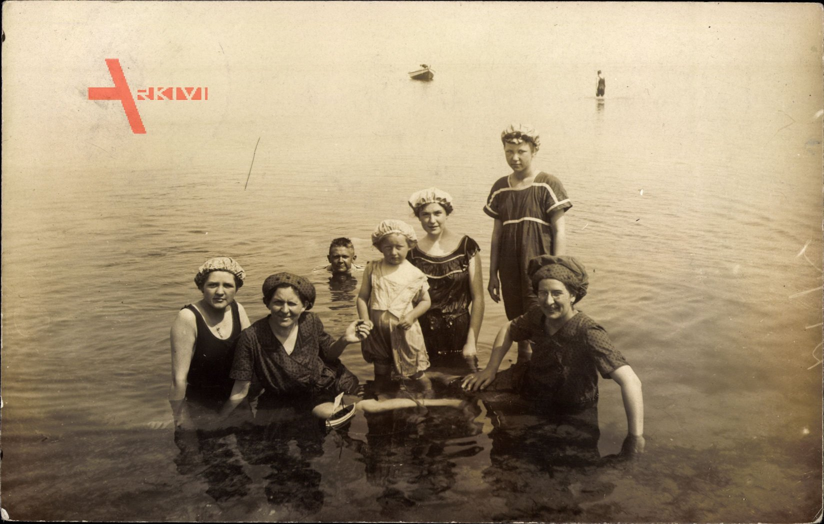 Badegäste im Wasser, Frauen und Kinder am Timmendorfer Strand um 1914