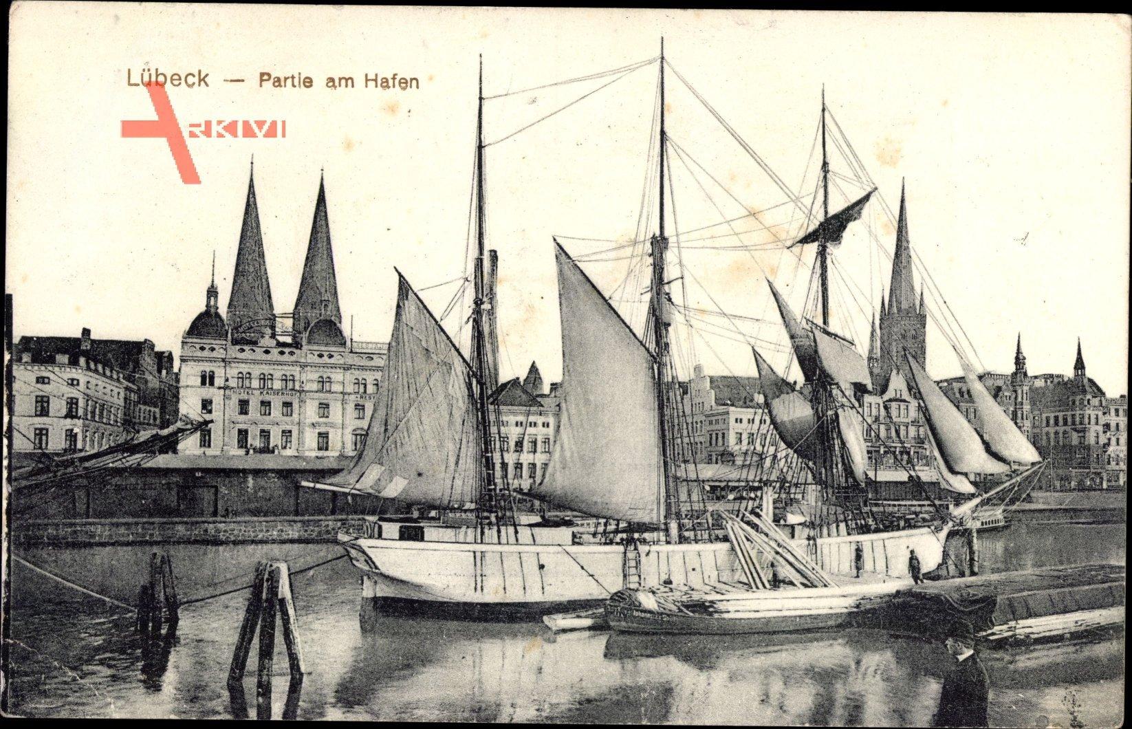 Lübeck in Schleswig Holstein, Partie am Hafen, Segelschiff, Kirchturm