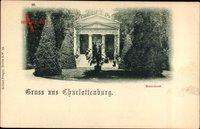 Berlin Charlottenburg, Blick auf ein Mausoleum, Palme, Parkanlage