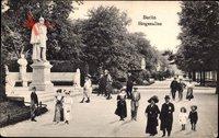 Berlin Tiergarten, Spaziergänger in der Siegesallee am Denkmal Wilhelm I.