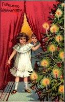 Glückwunsch Weihnachten, Tannenbaum vor rotem Vorhang, Kinder