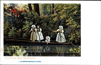 Gruß aus dem Spreewald, Frauen in Tracht in einem Spreewaldkahn