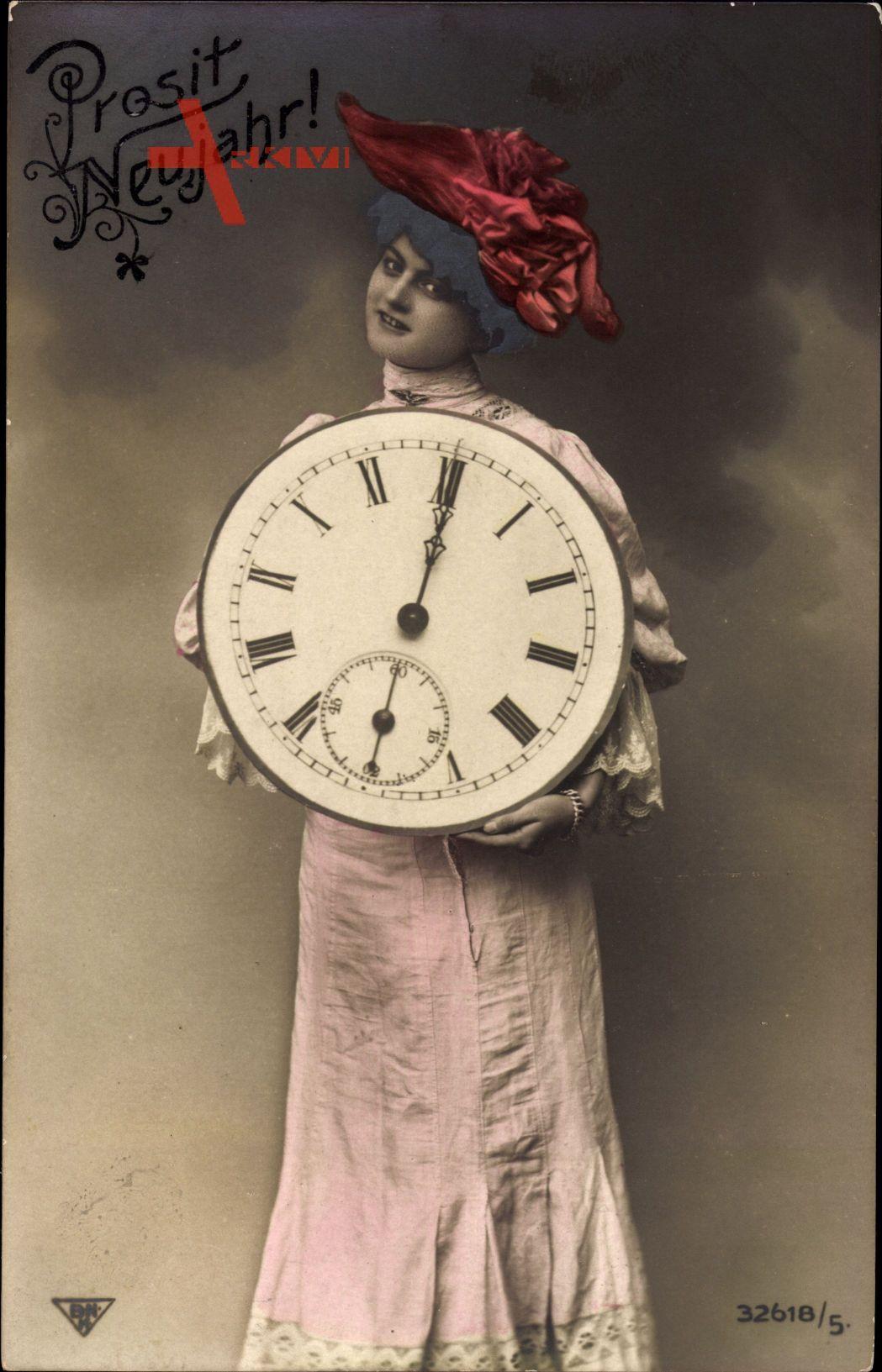 Glückwunsch Neujahr, Frau hält eine Uhr, Ziffernblatt, Mitternacht