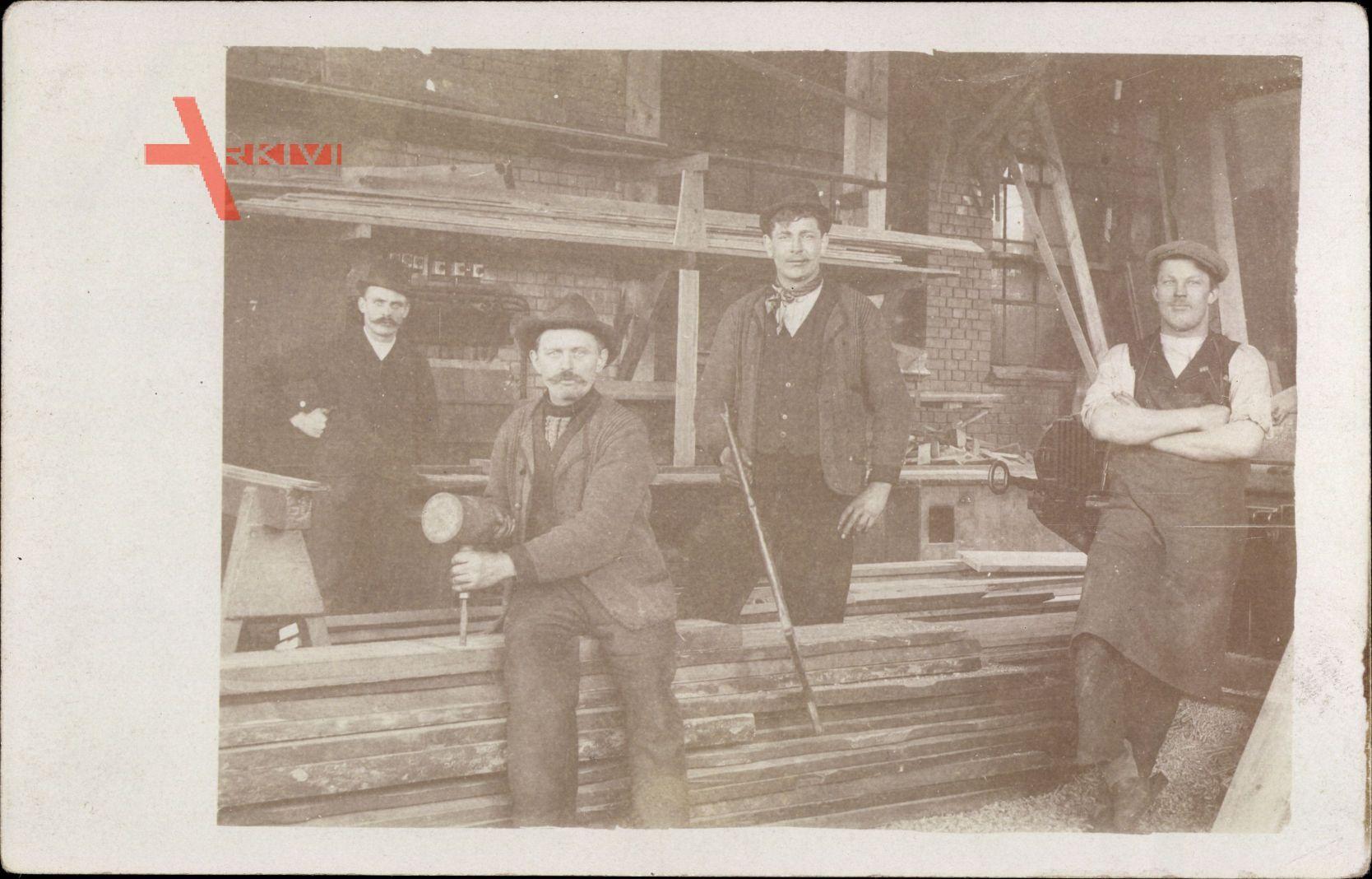 Zimmermänner bei der Arbeit, Holzbretter, Säge, Meißel