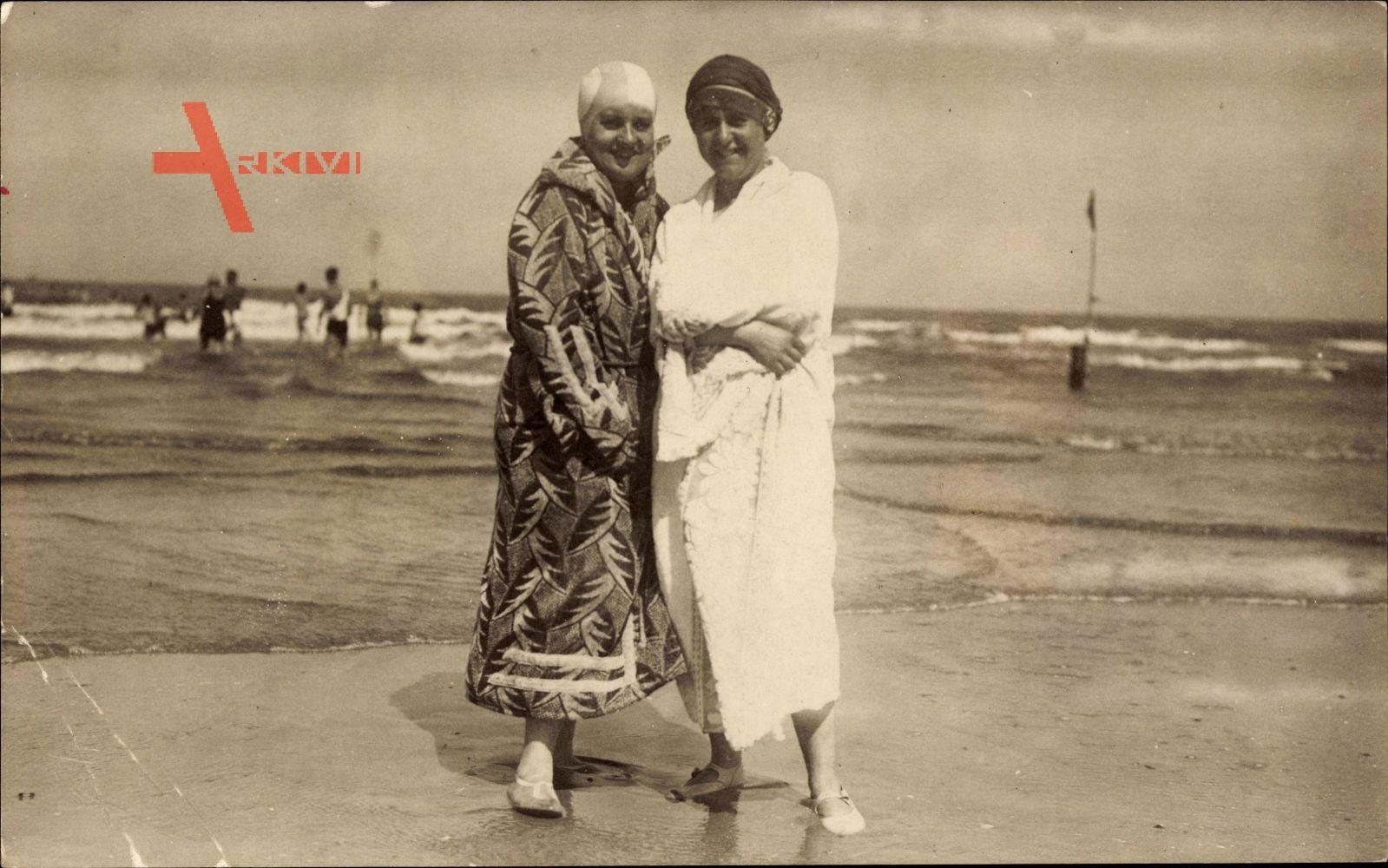 Frauenstrand, Zwei Frauen in Bademäntel, Badekappen