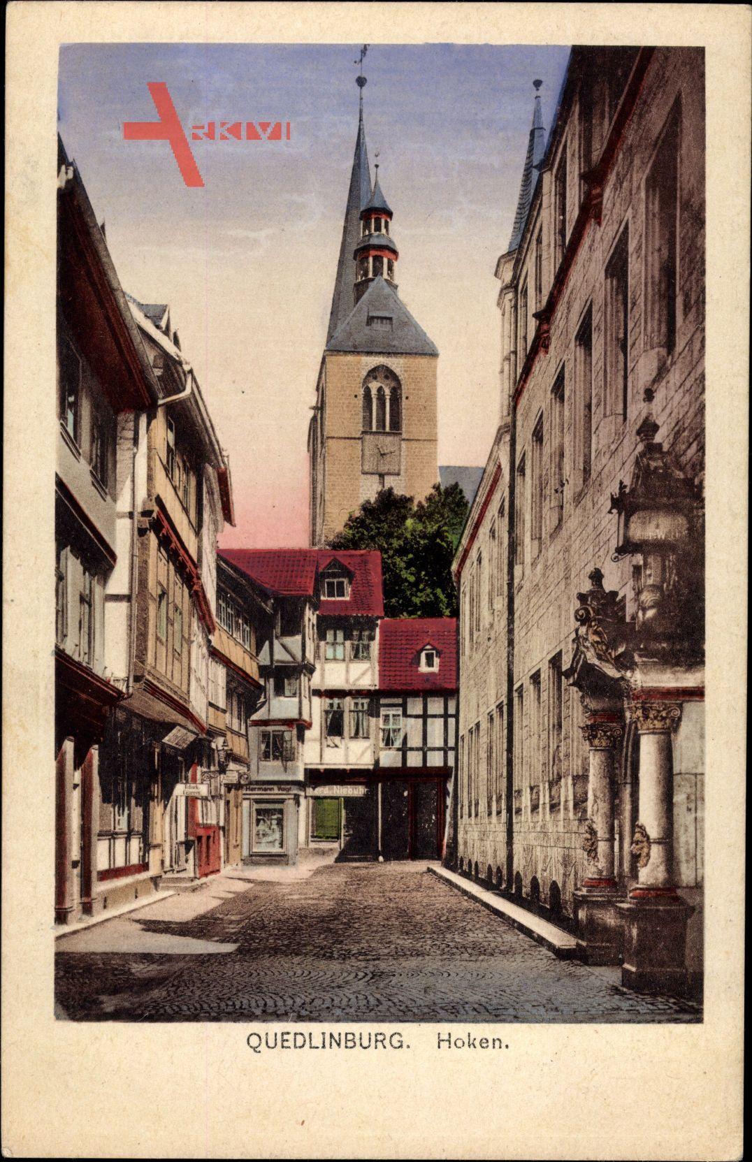 Quedlinburg im Harz, Hoken, Straßenpartie mit Blick auf die Kirche