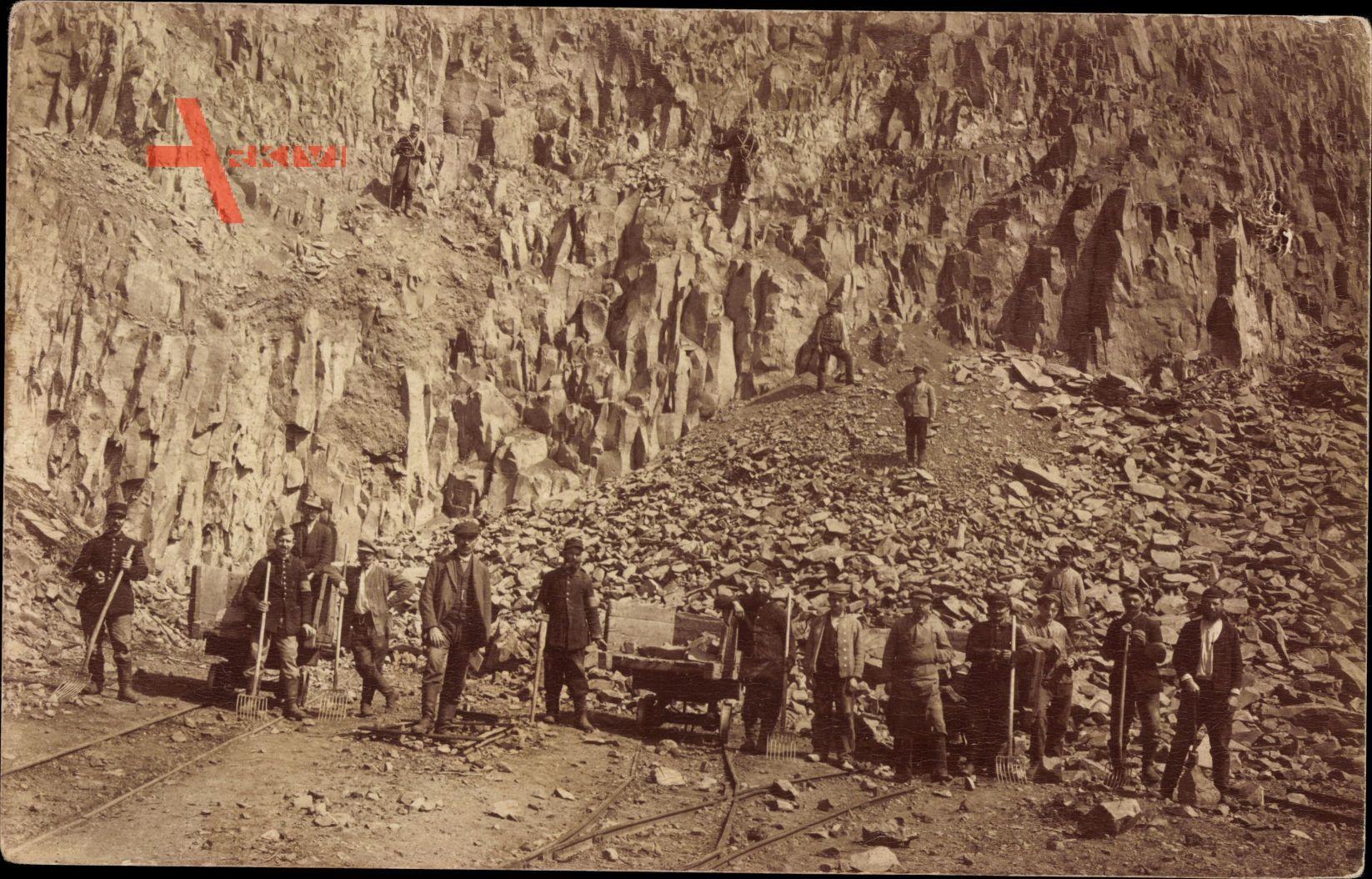 Frankreich, Männer bei der Arbeit auf einem Steinbruch