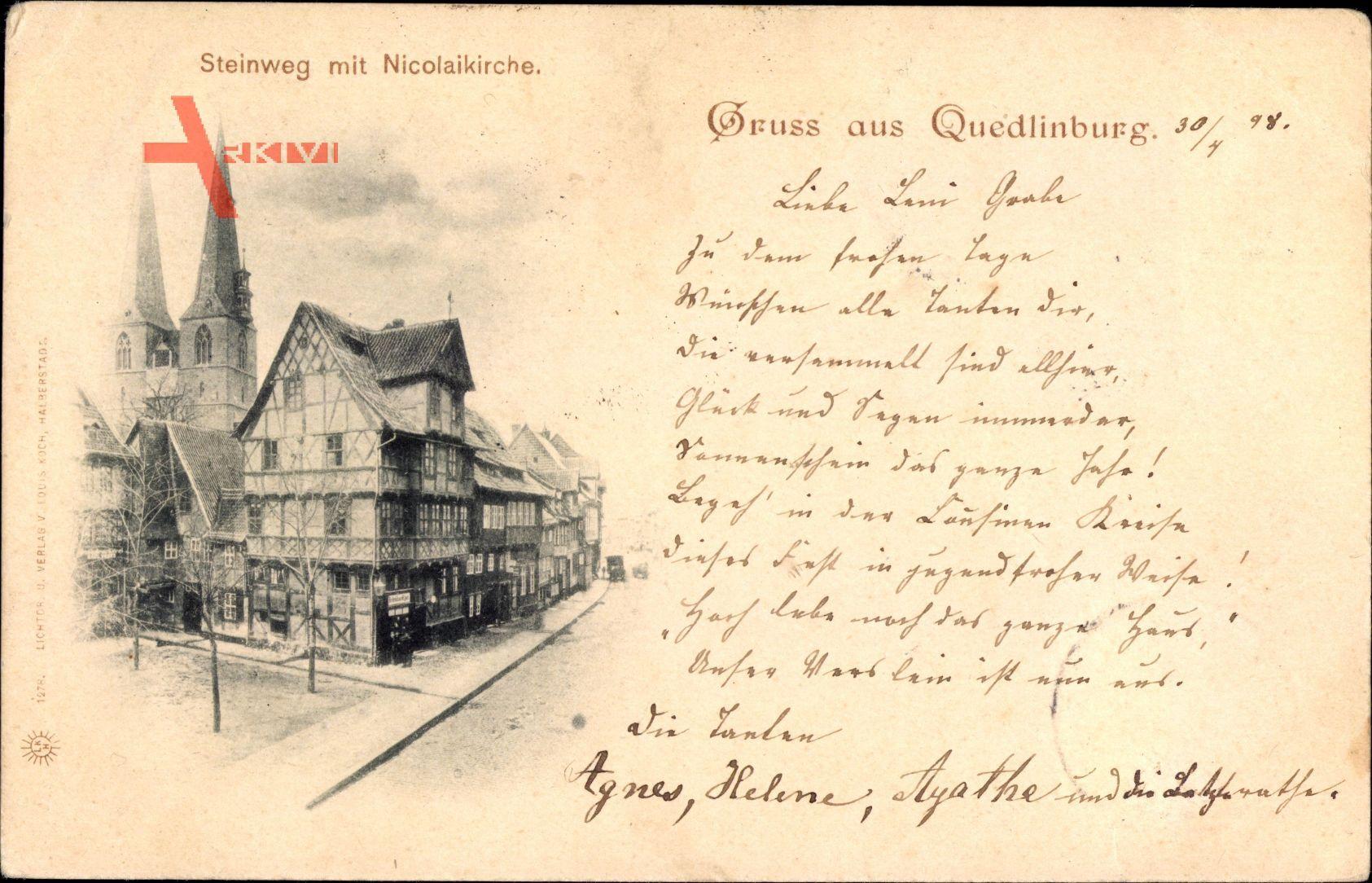 Quedlinburg im Harz, Blick in den Steinweg mit Nikolaikirche, Fachwerkhaus