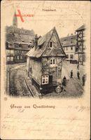 Quedlinburg im Harz, Blick auf das Eckhaus Finkenherd, Passanten, Kirchturm