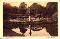 Berlin Steglitz, Partie im Rosengarten, Gewässer, Statue, Rosenstöcke