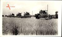 Ungarische Erntemaschinen bei der Arbeit, Combine