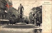 Dresden, Passanten am Bismarck Denkmal