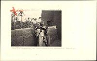 Bou Denib Marokko, Sur sa Terrasse, au Crepuscule, un Marocain Priait