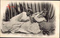 Algerien, Mauresques couchées, Frauen auf einem Bett, Brust