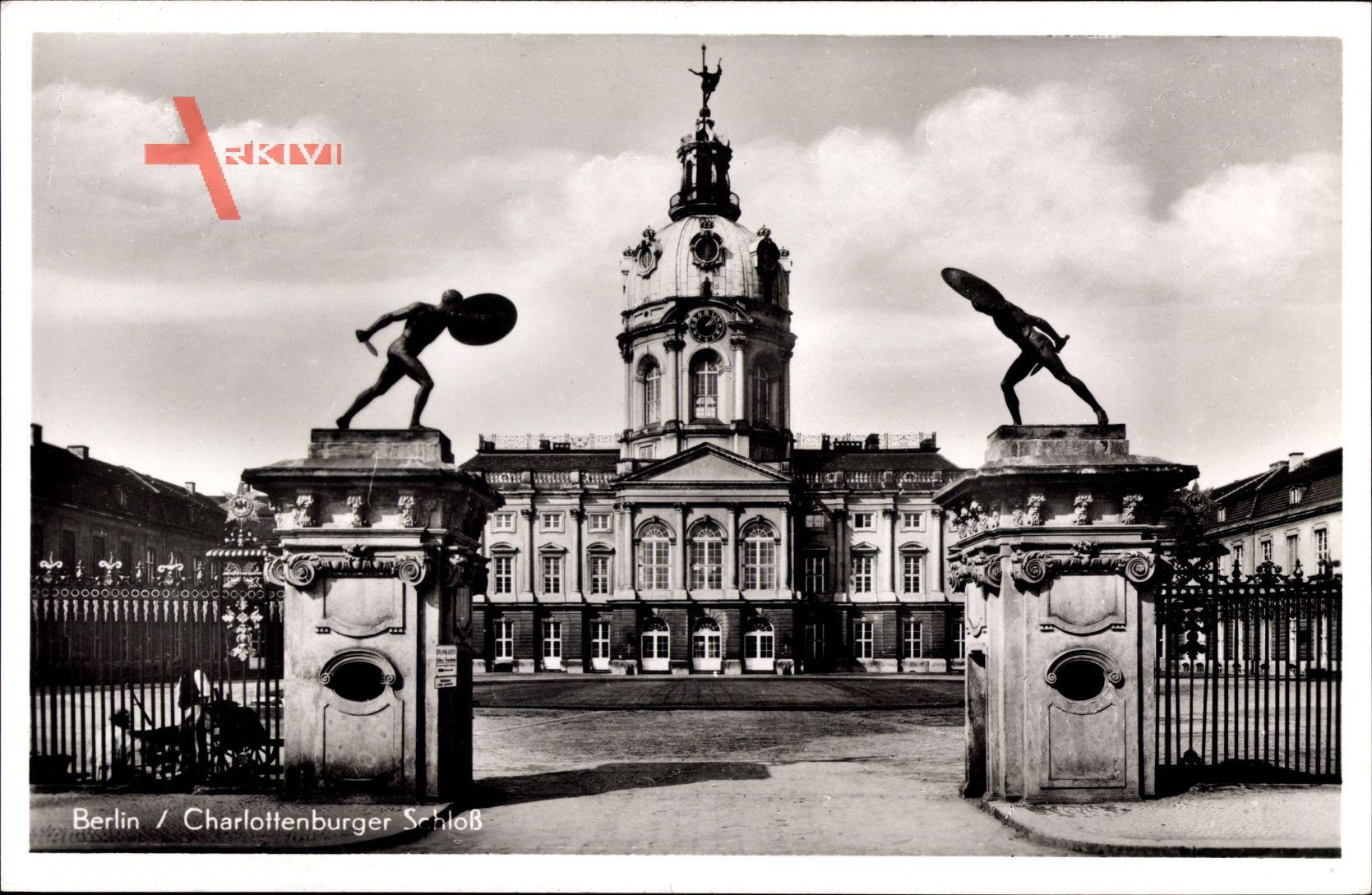 Berlin Charlottenburg, Blick auf das Schloss, Eingangsportal, Statuen