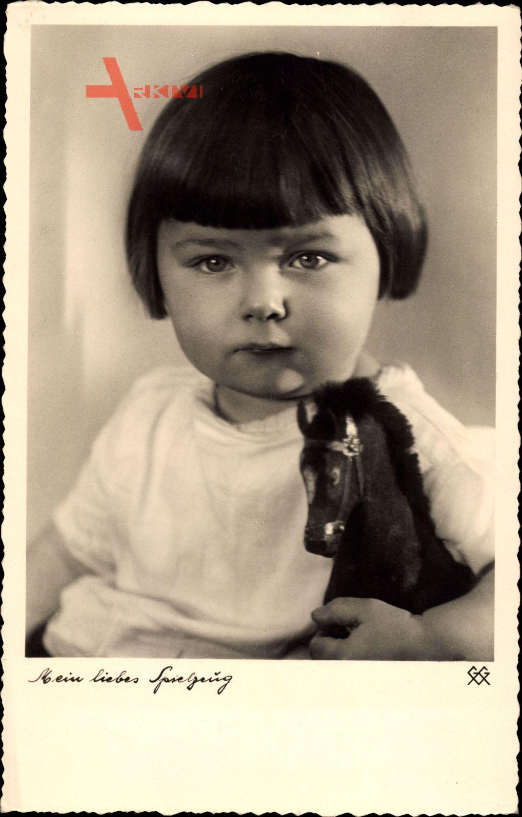 Mein liebes Spielzeug, Junges Mädchen mit Spielzeugpferd