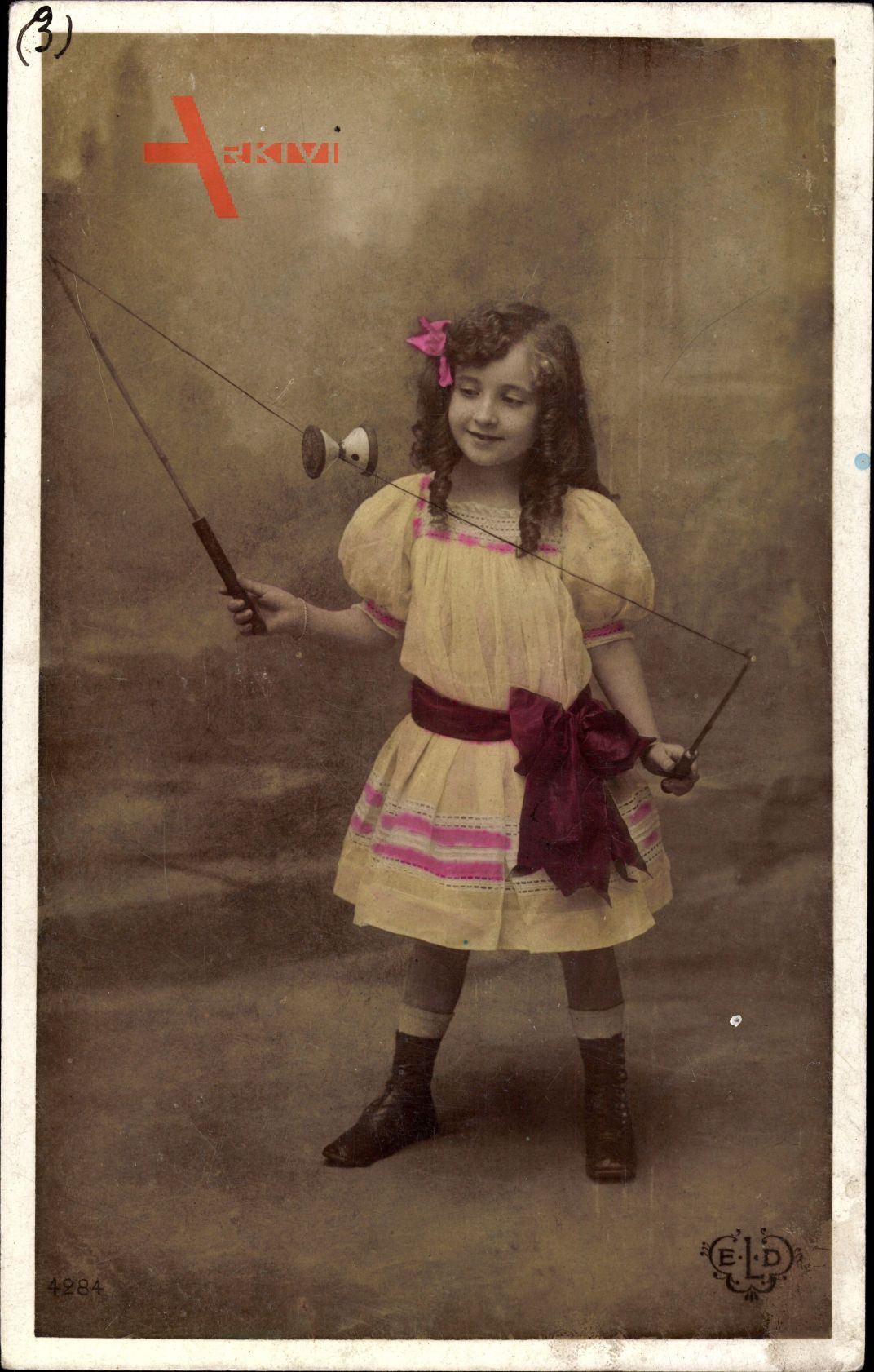 Kleines Mädchen spielt Diabolo, Frankreich, Spielzeug