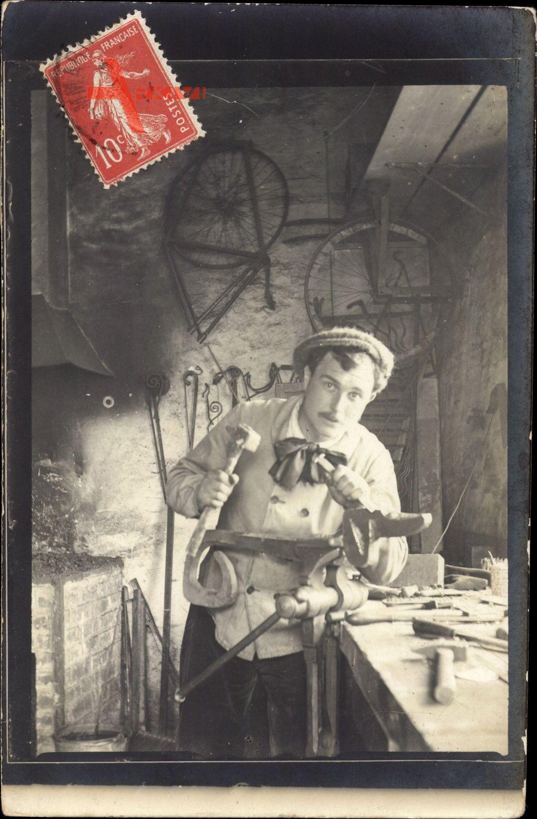 Frankreich, Tischler bei der Arbeit, Meißel, Hammer