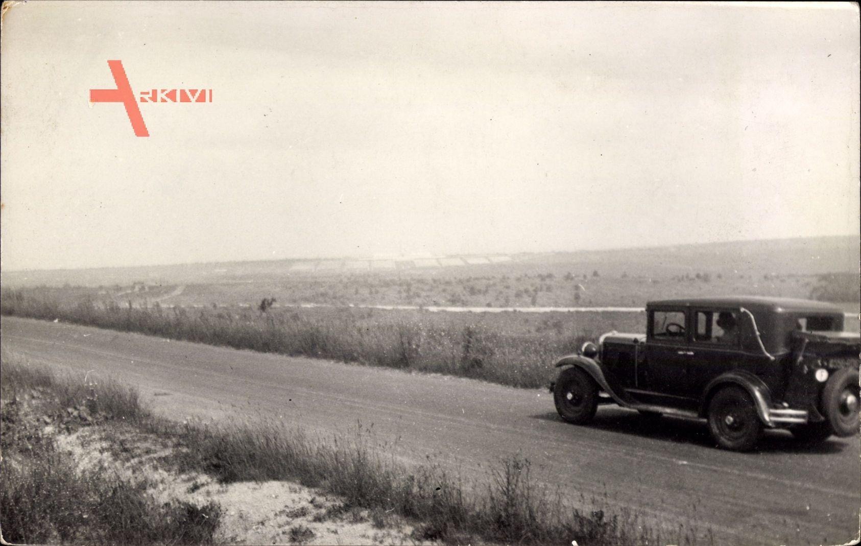 Frankreich, Automobil, Fahrt über einen Feldweg