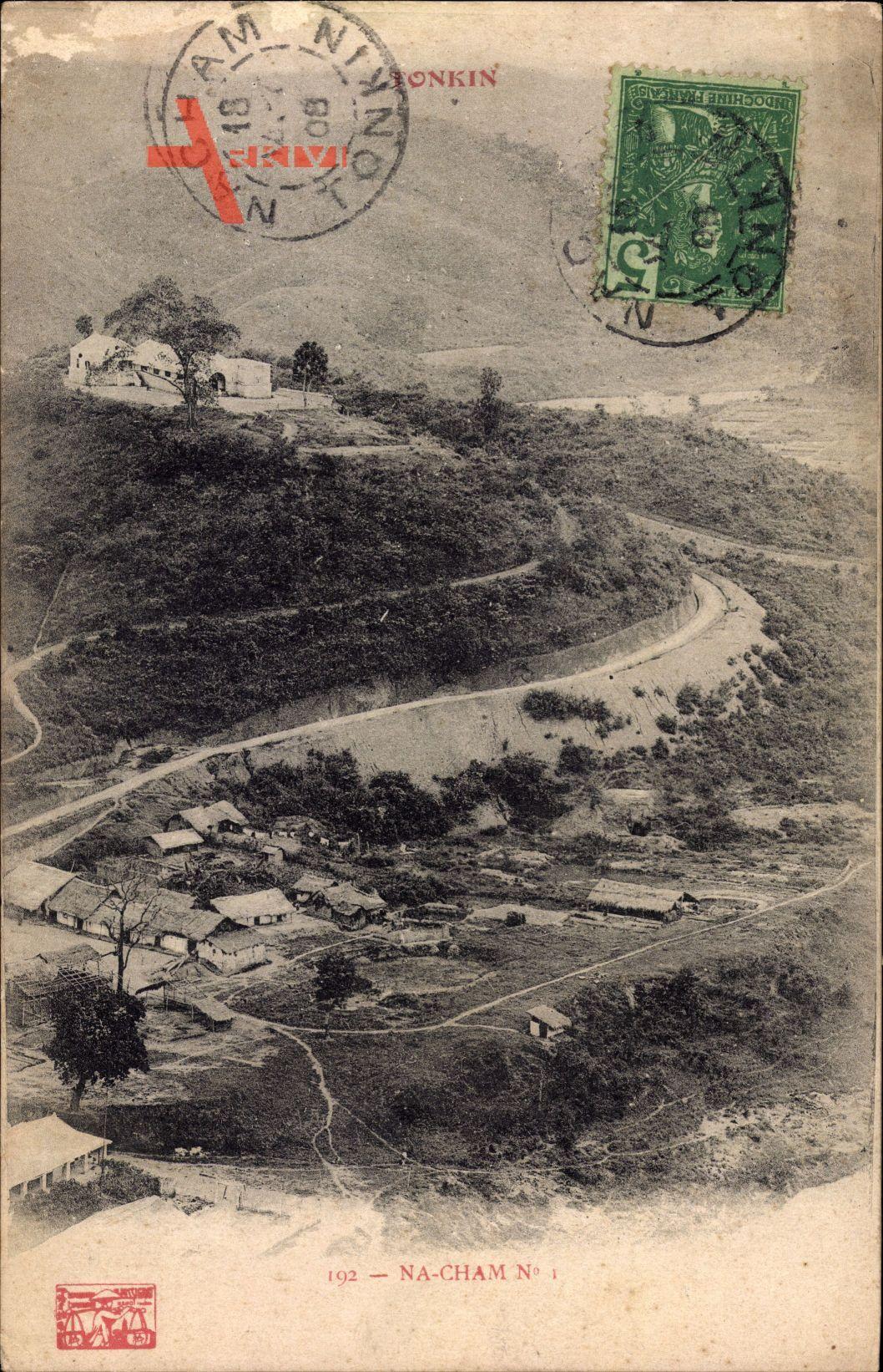 Na Cham Tonkin Vietnam, Blick auf Häuser mit Strohdächern, Straße, Berge