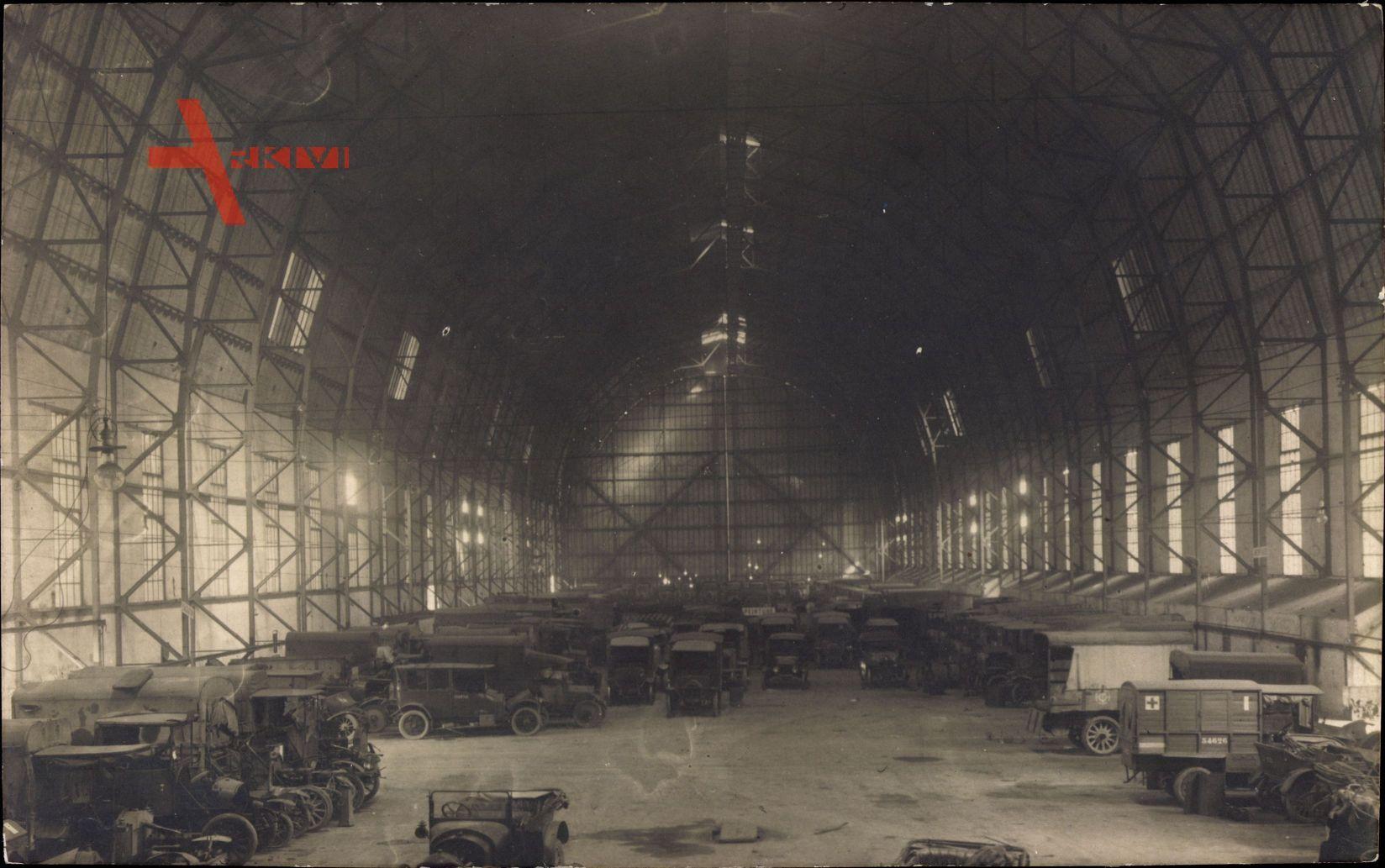 Frankreich, Zeppelinhalle, LKW, Sanitätsfahrzeuge, Militärlager