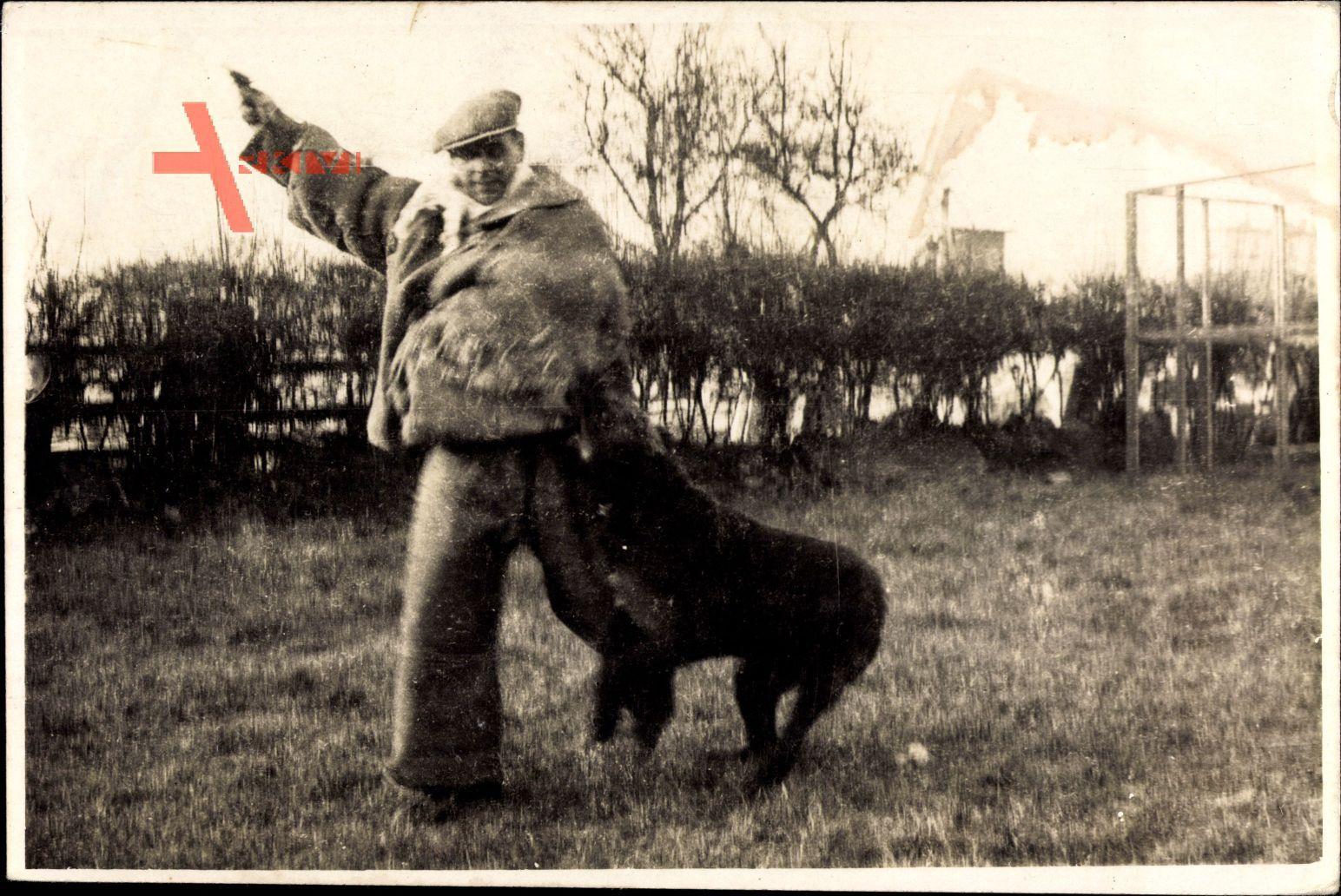Frankreich, Mann in Schutzkleidung, Wachhund, Training