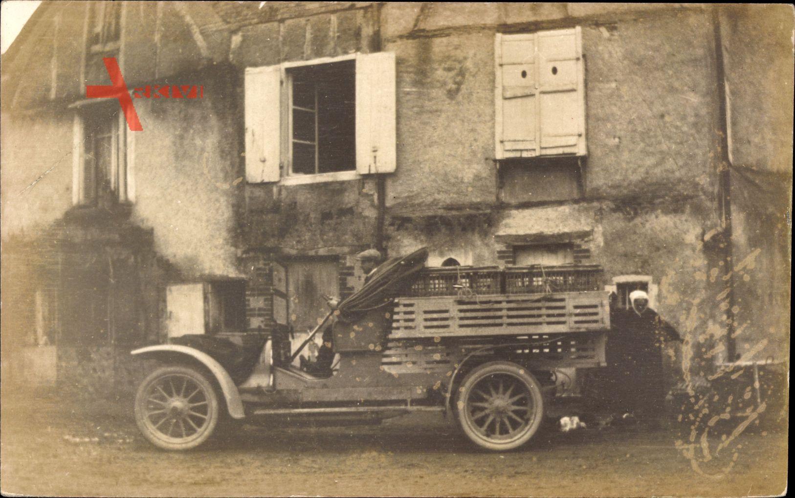 Frankreich, Bauernhof, LKW, Käfige auf der Ladefläche