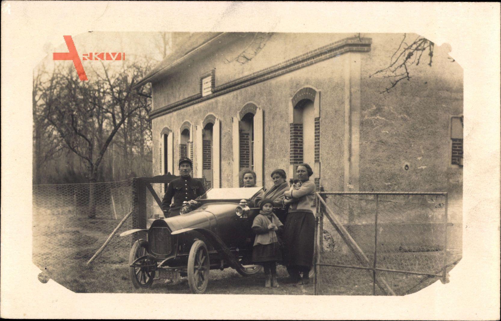 Frankreich, Automobil vor einem Haus, Familienfoto