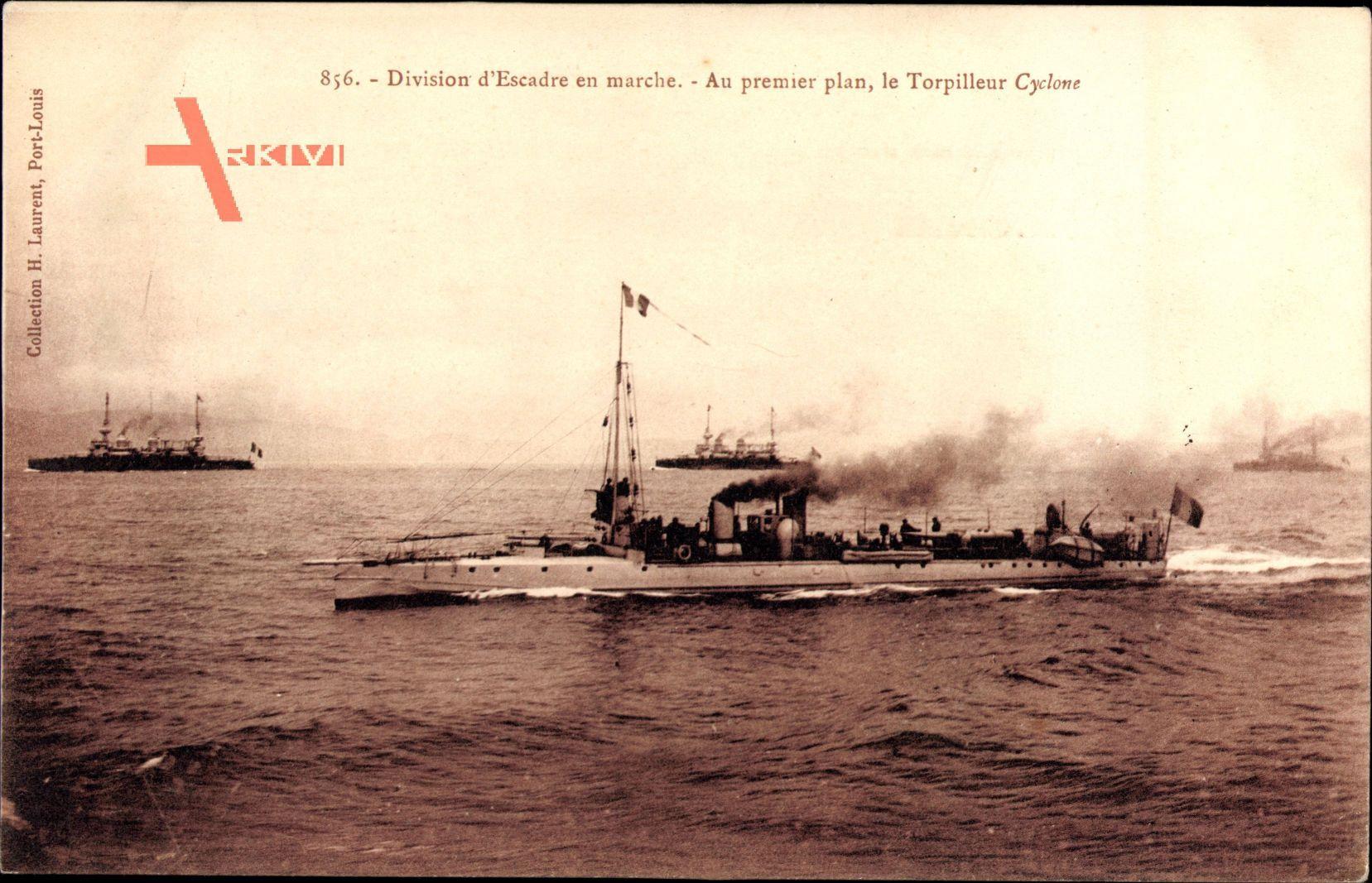 Französisches Kriegsschiff - im Vordergrund das Torpedoboot Cyclone - das Geschwader unterwegs