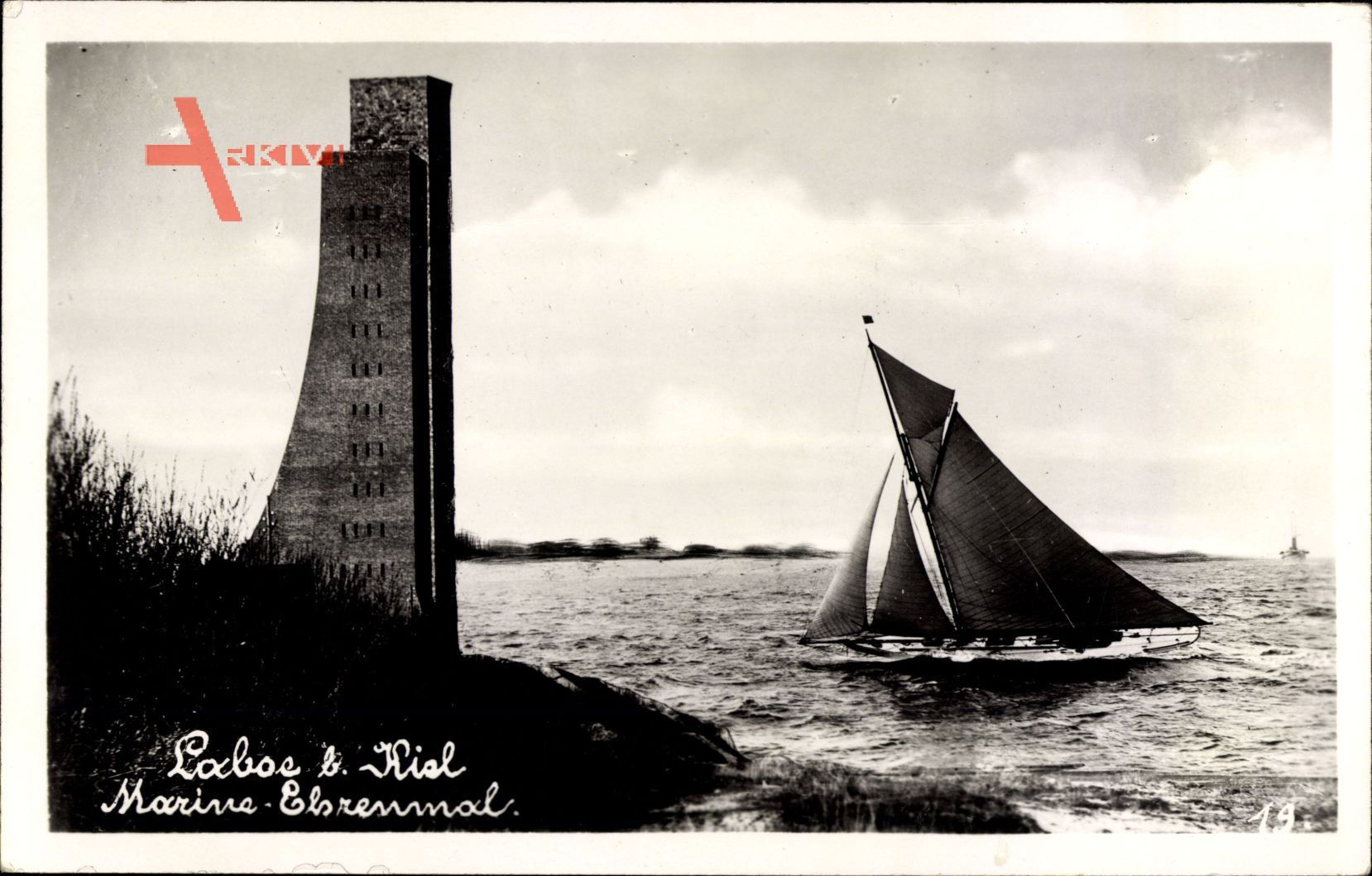 Laboe Probstei Ostsee, Blick auf das Marine Ehrenmal, Segelboot