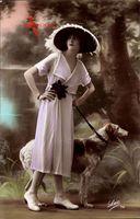 Junge Frau in modischem Federhut, Kleid, Windhund