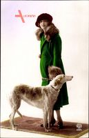 Junge Frau in modischem grünem Pelzmantel, Windhund, Noyer